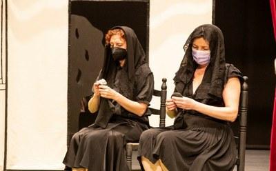 Dos actrices durante la representación de La hora Lorca