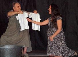 Dos actores en un momento de la representación