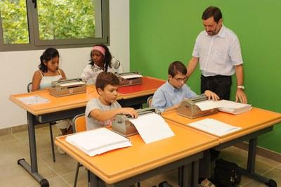 Varios alumnos con discapacidad visual en una aula del CRE junto a su profesor