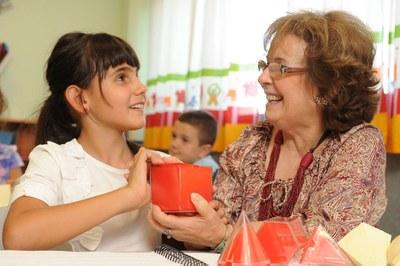 Una niña ciega en el aula con su profesora de apoyo