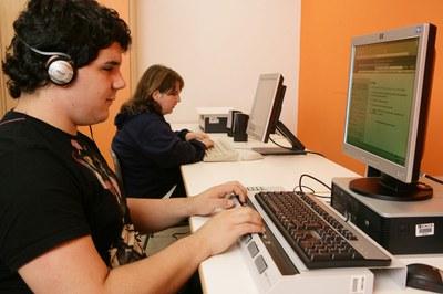 Un estudiante ciego utilizando un ordenador con adaptaciones tecnológicas