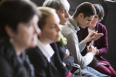 persona sordociega con su mediadora durante un evento